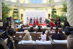 cabaret français célèbre le Moulin rouge de Presse-jour Photo stock