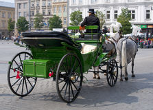 Cabby στην Κρακοβία, Πολωνία - παλαιά πλατεία της πόλης στοκ εικόνες με δικαίωμα ελεύθερης χρήσης