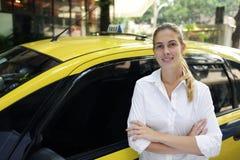 cabchaufförkvinnlig som hon den nya ståenden taxar royaltyfria bilder