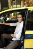 cabchaufförkvinnlig som hon den nya ståenden taxar royaltyfri fotografi