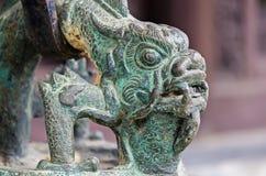 Cabeça antiga de bronze do dragão no templo de buddha Foto de Stock