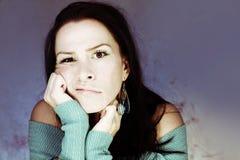 Cabeça atrativa da mulher nova nas mãos Foto de Stock Royalty Free