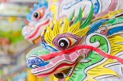 Cabeça colorida festiva da pedra do dragão no templo de buddha Imagens de Stock