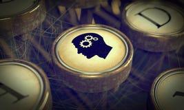 Cabeça com as engrenagens na chave da máquina de escrever do Grunge. Imagem de Stock Royalty Free