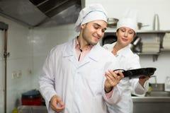 Cabeça-cozinheiros que cozinham na cozinha profissional foto de stock royalty free