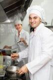 Cabeça-cozinheiros que cozinham na cozinha profissional fotos de stock