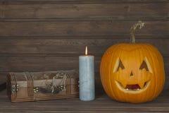 Cabeça da abóbora de Dia das Bruxas no fundo de madeira Preparação para Halloween Cabeça cinzelada de uma abóbora em Dia das Brux Fotografia de Stock