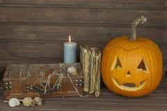 Cabeça da abóbora de Dia das Bruxas no fundo de madeira Preparação para Halloween Cabeça cinzelada de uma abóbora em Dia das Brux Foto de Stock