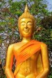 Cabeça da Buda dourada em um templo budista tailandês, um símbolo religioso em Tailândia, Ásia fotos de stock royalty free
