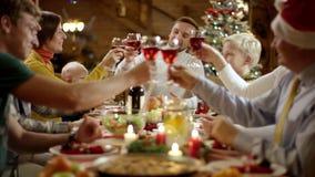 A cabeça da família fala um brinde pela tabela do Natal e todos é tinido vídeos de arquivo
