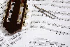 Cabeça da guitarra e ajustamento - close up da forquilha em notas Fotografia de Stock