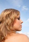 Cabeça da menina de cabelos compridos loura imagens de stock