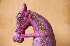 A cabeça de cavalo de madeira cinzelada fotografia de stock royalty free
