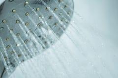 Cabeça de chuveiro com água de fluxo imagem de stock royalty free