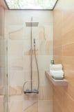 Cabeça de chuveiro moderna no banheiro foto de stock royalty free