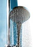 Cabeça de chuveiro no banheiro com córrego da água Imagens de Stock