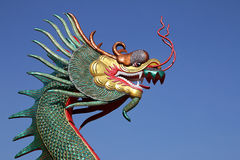 Cabeça de colorido da estátua do dragão com céu azul Fotos de Stock Royalty Free
