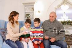 A cabeça de família, de pai e de marido distribui a aposta do orçamento de família Fotos de Stock