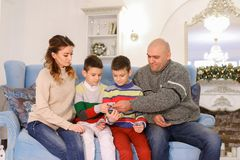 A cabeça de família, de pai e de marido distribui a aposta do orçamento de família Foto de Stock