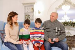 A cabeça de família, de pai e de marido distribui a aposta do orçamento de família Fotos de Stock Royalty Free