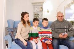 A cabeça de família, de pai e de marido distribui a aposta do orçamento de família Imagem de Stock Royalty Free