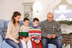 A cabeça de família, de pai e de marido distribui a aposta do orçamento de família Imagem de Stock