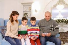 A cabeça de família, de pai e de marido distribui a aposta do orçamento de família Fotografia de Stock Royalty Free