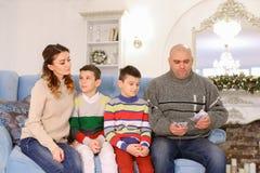 A cabeça de família, de pai e de marido distribui a aposta do orçamento de família Fotografia de Stock