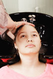 Cabeça de lavagem do cabeleireiro Imagem de Stock