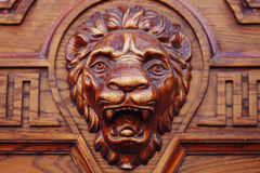 Cabeça de madeira grande do leão fotografia de stock