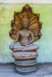 A cabeça de sorriso esquecida do Naga cobriu a imagem de Buddha (a imagem do NAK Prok) Imagens de Stock Royalty Free