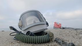 A cabeça de um cosmonauta inoperante encontra-se na areia pelo mar O astronauta deixou de funcionar em sua nave espacial Tempo ne vídeos de arquivo