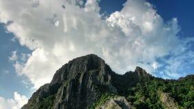 Cabeça de um lapso de tempo da montanha e do céu filme