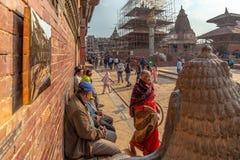 Cabeça de um protetor do leão e de um passeio indiano da mulher foto de stock