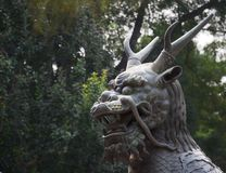Cabeça de uma grande estátua do dragão chinês imagens de stock royalty free