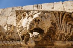 Cabeça decorativa do leão nas ruínas de Baalbek, Líbano foto de stock