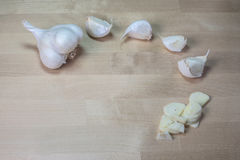 Cabeça do alho com fatias do alho Fotos de Stock