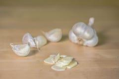 Cabeça do alho com fatias do alho Imagem de Stock Royalty Free