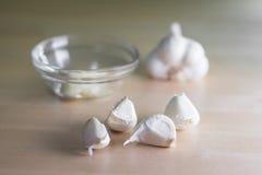 Cabeça do alho com uma bacia de vidro Foto de Stock Royalty Free