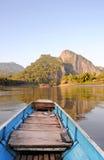Cabeça do barco atado longo de madeira que corre através do rio Imagens de Stock Royalty Free