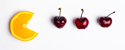 Cabeça do citrino aproximadamente para comer cerejas Fotos de Stock