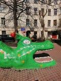 Cabeça do dragão no campo de jogos na jarda fotografia de stock