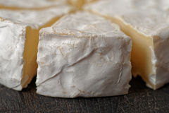 Cabeça do queijo do brie cortada nas partes Imagens de Stock Royalty Free