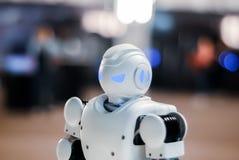 Cabeça do robô do brinquedo em um fundo borrado fotografia de stock royalty free