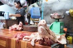 Cabeça do ` s do porco em uma tabela em um açougue Imagens de Stock Royalty Free