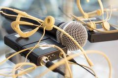 A cabeça dois ajustou o transmissor dos microfones e o microfone de mão sem fio imagens de stock