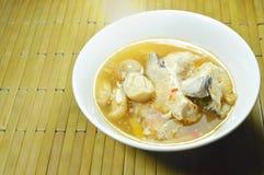 Cabeça dos peixes dos salmões e cogumelo de palha na sopa de tom yum na bacia imagens de stock royalty free