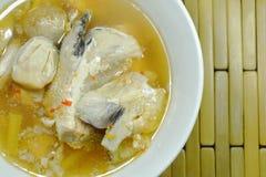 Cabeça dos peixes dos salmões e cogumelo de palha na sopa de tom yum na bacia imagem de stock royalty free