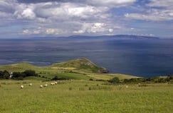 Cabeça dos Torr e através do mar ferventar com especiarias de Kintyre costa de Escócia, Antrim Fotos de Stock