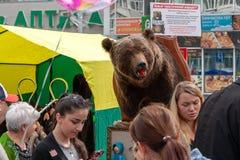 A cabeça e a pele do urso marrom são vendidas na feira no festival imagens de stock royalty free